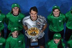 SAEED KHAN / AFP Roger Federer et son 18ème trophée - Open d'Australie - 29 Janvier 2017