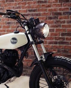 """Yamaha 125 TW by Morex Custom   Focus sur l'optique et le garde boue avant  de la yamaha 125 TW """" light shade"""" #morex #morexcustom #lightshade #custom #bike #tw #yamaha #yamahaTW #scrambler #lifestyle #bike #moto #125"""