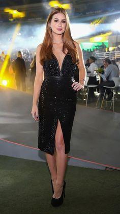 Marina Ruy Barbosa investe em vestido preto com decote e fenda discreta. Look perfeito para curtir a noite com elegância!