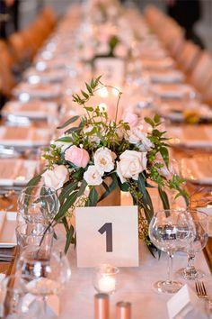 Mesa de Boda Numerada con centro de mesa de flores | 10 Razones para Planear el Acomodo de los Invitados en las Mesas de la Boda | El Blog de una Novia