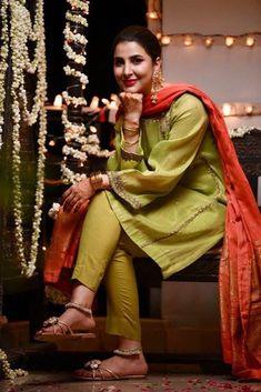 Shadi Dresses, Pakistani Formal Dresses, Pakistani Fashion Casual, Pakistani Wedding Outfits, Pakistani Dress Design, Ethnic Fashion, Indian Fashion, Bridal Mehndi Dresses, Fancy Suit