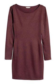 Robe courte: Robe courte ajustée en jersey épais. Modèle avec encolure plutôt dégagée et manches longues.