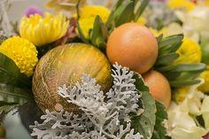 Mesa posta - almoço de verão - arranjo de flores e frutas ( Decoração: Fabiana Moura   Flores: Lucia Milan   Fotos: Roberto Tamer )