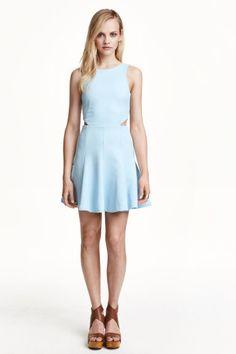 Sukienka bez rękawów: Sukienka bez rękawów z dżerseju ze strukturalnym wzorem. Dekolt w serek na plecach, odcięcie w talii z wycięciami po bokach. Rozszerzany dół. Z tyłu kryty suwak. Bez podszewki.