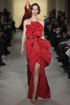 Very Carrie Bradshaw glam. Love the red dress. Red Fashion, Runway Fashion, Fashion Show, Fashion Design, Fashion Details, Red Gowns, Fashion Week 2015, Valentino, Marchesa