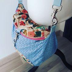 lechatpique Mon nouveau sac Limbo de @patrons_sacotin est enfin terminé 😊  Il s'agit d'un sac transformable en sac à dos, sac bandoulière ou besace. J'ai beaucoup aimé faire ce patron, les explications sont très claires et détaillées 👌 j'ai choisi un simili cuir souple ajouré et un joli coton floral de Cotton+Steel de chez #mapetitemercerie  Ça sent bon le printemps... 🌸🌸🌸🌸 #limbopattern #limbo #sacotin #jecoudsmonsac #sacamain #couture #sewing #cousumain #handemade