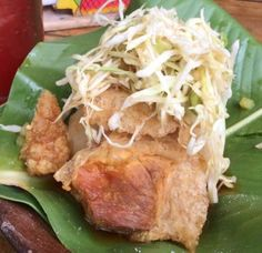 Te recomiendo esta especie de entrada y entremés: Vigoron de Nicaragua / Pork rinds on cassava and shredded cabbage.