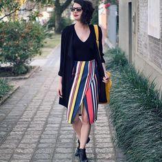 64b94b7a192f6 preto e uma saia listrada. tem look que não precisa de muito pra ser lindo.  ( e a bolsa amarela até foi coadjuvante hoje )  ootd  lookdodia. Não Repete  .