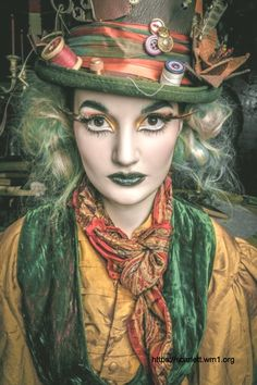 Make the Mad Hatter Costume yourself maskerix.de - Alice in Wonderland the mad hatter costume make yourself Costume idea for Carnival, Halloween & Mardi Gras (Diy Halloween) Mad Hatter Kostüm, Mad Hatter Makeup, Mad Hatter Costumes, Mad Hatter Party, Mad Hatter Cosplay, Female Mad Hatter Costume, Halloween Bonito, Halloween Kostüm, Halloween Costumes