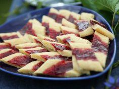 Inte bara 7, utan hela 14 stycken av våra mest uppskattade småkakor hittar du här. Alltifrån Birgitta Rasmussons omåttligt populära hallongrottor till Roy Fares galet goda kolasnittar. En sak är säker - dessa småkakor lär inte bli långlivade på kakfatet. Vegan Recipes, Cooking Recipes, Cookie Time, Dessert Recipes, Desserts, Sugar And Spice, Hawaiian Pizza, Cake Cookies, No Bake Cake