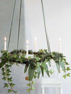 Findes der noget hyggeligere end en smuk adventskrans som nedtælling til juleaften? Det er nu det er tid til at finde din smukkeste julepynt, søde kogler, glimtende stjerner og hyggeligt mos frem: Nu skal der laves adventskrans