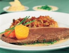 Austrian Tafelspitz requires good beef, a few vegetables, aromatic seasoning and plenty of water for cooking. Boiled Beef, Austrian Cuisine, Beef Bones, Kiss The Cook, Fresh Vegetables, Poultry, Paleo, Cooking Recipes, Meat