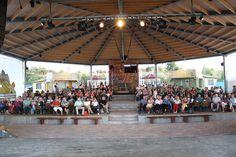 Ein Blick in den Zuschauerraum des Stranddaches von der Bühne aus
