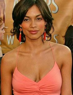 ROSARIO DAWSON has her multi-ethnic heritage to thank for her smolderingly exotic looks. Dawson's mother is of Afro-Cuban descent, while her biological father is of European heritage. Zoe Saldana, Meagan Good, Rosario Dawson, Actrices Hollywood, Beautiful Black Women, Beautiful Ladies, Hollywood Actresses, Beautiful Actresses, Short Hair Styles