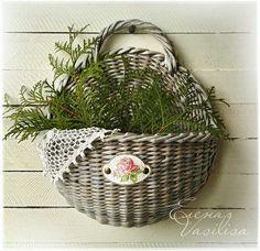Ideas Basket On Wall Wicker Baskets On Wall, Hanging Baskets, Wicker Baskets, Wall Basket, Newspaper Basket, Newspaper Crafts, Paper Weaving, Weaving Art, Willow Weaving