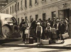 Matkustajia linja-autoasemalla vuonna 1937 (Kuva Hgin kaupunginmuseo, Heine Wolfgang).
