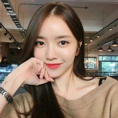 Ulzzang means 'Best Face' in Korea . Or root words is 'Eoljjang'. Pretty Korean Girls, Korean Beauty Girls, Cute Korean Girl, Asian Beauty, Asian Girl, Korean Girl Photo, Korean Girl Fashion, Ulzzang Hair, Ulzzang Korean Girl