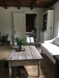 Love this table! French Country Coffee Table, French Country Living Room, Rustic Coffee Tables, Style At Home, Salons Cottage, Country Interior, Cottage Interiors, Cozy House, Home Living Room