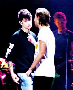 Zayn and Louis sharing a moment at a recent concert. Gets my Zouis feels going.