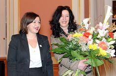 Sharon Adler (re.) erhält von Senatorin Dilek Kolat den Berliner Frauenpreis 2012 Bildquelle: Jüdische Allgemeine