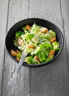 Caesar Salad wie in den USA mit cremigem Dressing und Weißbrotwürfeln