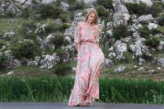 Vestido de madrinas en gasa estampada floreada, bajo de hombros.
