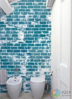 В интерьере одинаково интересно может смотреться как кирпич в своем первозданном виде, так и окрашенная кирпичная стена  – обои Wall&decò
