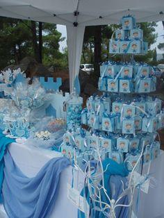Decoración de bautizo de niño de color azul.