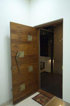 Main door modern corridor, hallway & stairs by hasta architects modern Flush Door Design, Single Door Design, Front Door Design Wood, Wooden Door Design, Wood Design, Modern Entrance Door, Main Entrance Door Design, Home Entrance Decor, Entrance Doors
