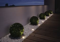 """Gartenleuchten – schönes Licht für draußen: Mobil: LED-Gartenleuchte """"Oco"""" von Santa & Cole Just as big as two paperclips are the """"Noxlite LED Garden Spots"""" from Osram. Nine of them are connected to a 10 meter cable with …"""