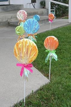 The giant lollipop decorations are perfect for greeting guests for a candyland party - #lollipop #candyland #decoration #tutorial