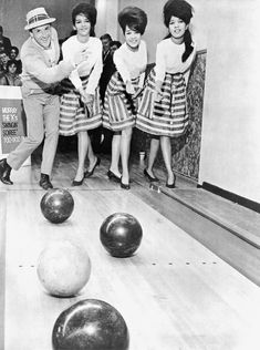 Photo of girl group The Ronettes bowling. Halle, Vintage Bowling Shirts, The Ronettes, Northern Soul, Costume, Classic Rock, Historical Photos, Vintage Images, Rock And Roll
