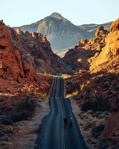 Simply over a hr's drive from Las vega, Valley of Fire State Park is just one of Nevada's great treasures. The variety as well as drama of the landscape in this compact park is stunning… New Orleans, New York, Parc National, National Parks, Nature Architecture, Valley Of Fire State Park, Road Trip, Grand Parc, Las Vegas