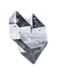 Cristaux accolés semi-réguliers. Pyrite à l'éclat métallique..
