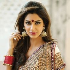 Get wide range of fashionable bridal sarees at Shiromani Sarees. are made up of High Quality Fabric and have Stones, Diamantes, Cutdana, Beads, Jari etc. Bridal Sarees are on occasions like Wedding. Indian Wedding Makeup, Indian Wedding Hairstyles, Indian Bridal, Bridal Hairstyles, Fashion Hairstyles, Indian Party Makeup, Bride Indian, Hairstyle Wedding, Baddie Hairstyles