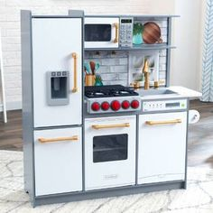 The ultra-modern and innovative KidKraft Uptown Elite Play Kitchen in white with EZ Kraft Assembly™ creates hours of sizzlin' fun for aspiring little chefs! Featuring beautiful light wood details, this sleek kitchen offers up exceptional features that wil Wooden Play Kitchen Sets, Kitchen Sets For Kids, Ikea Play Kitchen, Pretend Kitchen, Micro Onde Design, Uptown Kitchen, Kidkraft Kitchen, Espresso Kitchen, Pastel Kitchen