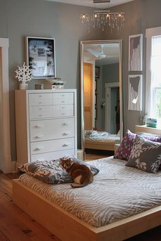 How To Make Small Bedroom Feel Bigger Are you trying to make a small bedroom look bigger or more spacious than it really is? This is a common problem in interior decoration. Dream Bedroom, Home Bedroom, Bedroom Decor, Teen Bedroom, Bedroom Furniture, Bedroom Interiors, Big Mirror In Bedroom, Furniture Sets, Big Mirrors