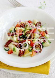 Salata od hobotnice. Sastojci  600 g hobotnice 300 g mladog krompira 2 manja paradajza 1 ljubičasti luk 50 ml devičanskog maslinovog ulja 1 kašika aceto balsamica 1 kašika seckanog svežeg peršuna 2 čena belog luka
