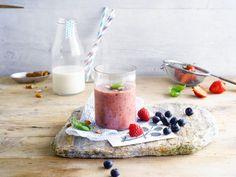 Un délicieux smoothie de fruits rouges et basilic à base de Lait d'Amande Alpro Original
