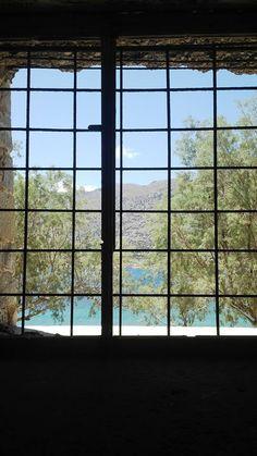 Widok z okna na tętniącą życiem Kretę.