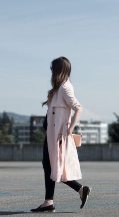 Blush pink trench coat with all black outfit and Everlane modern loafers. Style tips for how to wear pink without looking girly.