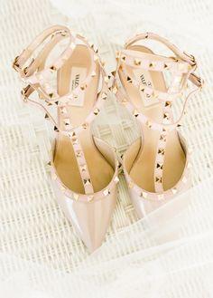Chaussures de mariée style rock - Chaussures: Valentino - Crédit Photo: Lindsay Madden - La Fiancée du Panda blog Mariage et Lifestyle