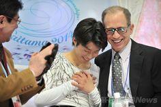 男子SPで首位に立った町田、世界フィギュア  世界フィギュアスケート選手権(ISU World Figure Skating Championships 2014)、男子シングル・ショートプログラム(SP)。演技を終え笑顔を浮かべる町田樹(Tatsuki Machida、中央、2014年3月26日撮影)。(c)AFP/KAZUHIRO NOGI