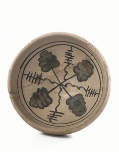 Ciotola, Italia Centrale, sec. XIV, in maiolica, cavetto decorato da foglie e motivi stilizzati, diam. cm 12,5, alt. cm 6, ricomposta