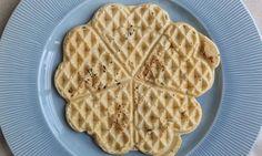 Prøv oppskriften på vaskevaffel som vi har testet for deg! Waffles, Baking, Breakfast, Food, Tips, Morning Coffee, Bakken, Essen, Waffle
