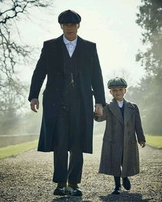 Peaky Blinders, how cute is the little PB in training? Peaky Blinders Series, Cillian Murphy Peaky Blinders, Series Movies, Movies And Tv Shows, Tv Series, Young Boys Fashion, Boy Fashion, Sirius Black, Damon Salvatore