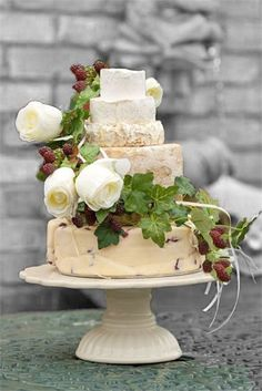 Roses berries and ivy decorating cheese cake