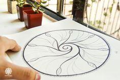 Éstos patrones universales revelan la forma de la salud, la paz interior, la esencia siendo manifestada aquí y ahora. En éste planeta, en éste momento.   Contiene en el centro una forma espiral que parte de la sucesión Fibonacci. Fíjate en el centro de una flor, en la figura de un caracol, en la figura de un embrión y encontrarás los patrones universales en donde reside la esencia misma de la existencia. La expresión de ésta nuestra creación.  https://www.facebook.com/photo.php?fbid=84388892
