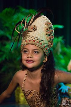 📷: Anapa Production People Of The World, Countries Of The World, Headdress, Headpiece, Tahitian Costumes, Tahiti Nui, Native American Children, Polynesian Culture, Cook Islands