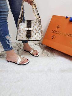 Louis Vuitton Slides, Louis Vuitton Handbags, Purses And Handbags, Versace Shoes, Chanel Shoes, Pretty Shoes, Cute Shoes, Fake Designer Bags, Summer Flats